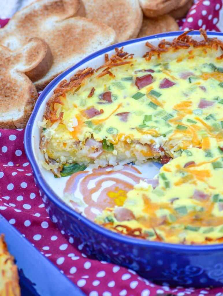 hash brown crusted quiche in a blue pie dish
